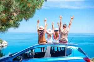 משפחה מאושרת צופב בנוף של הים