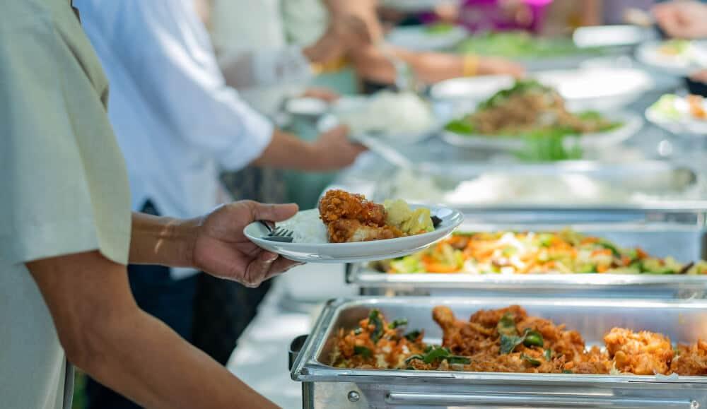 אנשים לוקחים אוכל במזנון