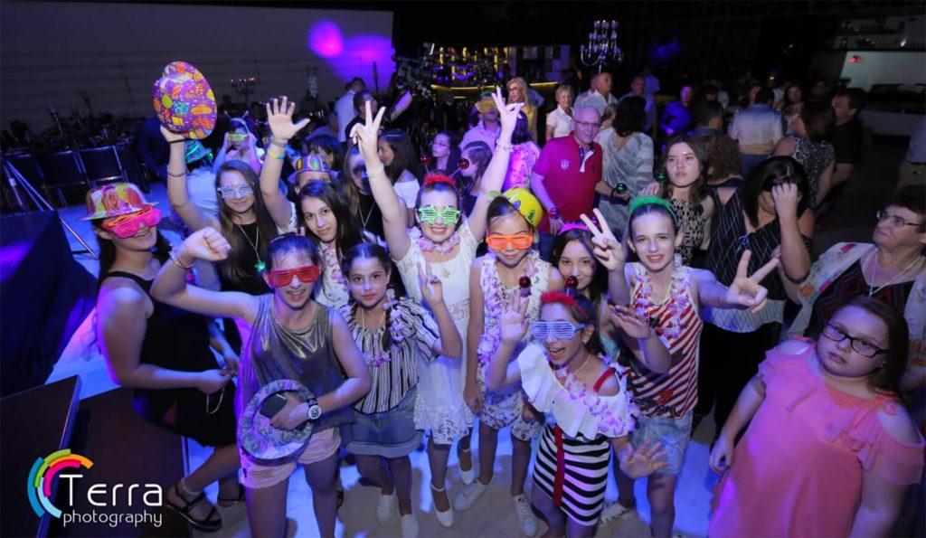 ילדים במסיבה עם אביזרים שונים