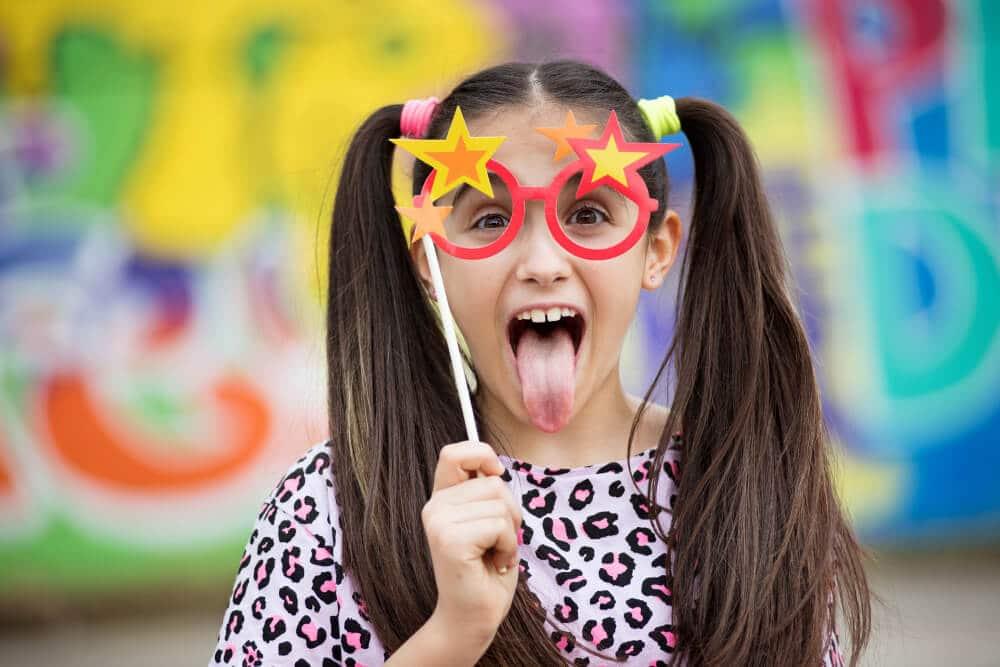 ילדה עם משקפיים מצועצעות